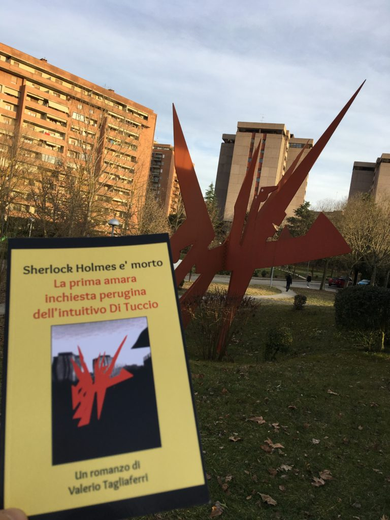 La copertina del libro davanti al monumento che riproduce un grifo stilizzato .